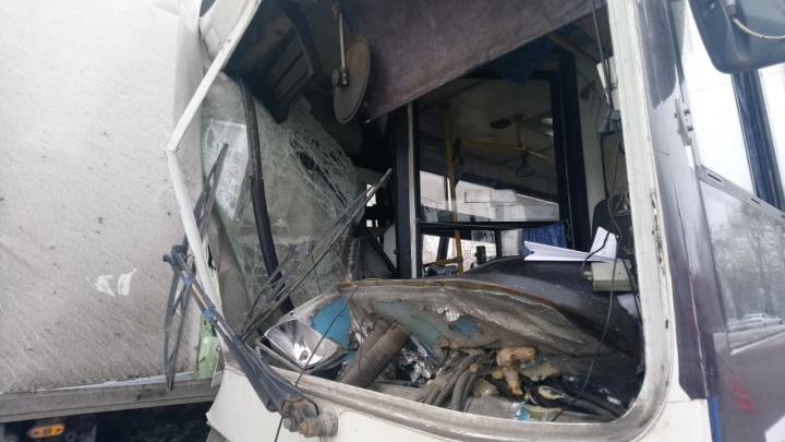 На ЖБИ автобус врезался в фуру: из 9 пострадавших двое госпитализированы с серьёзными переломами