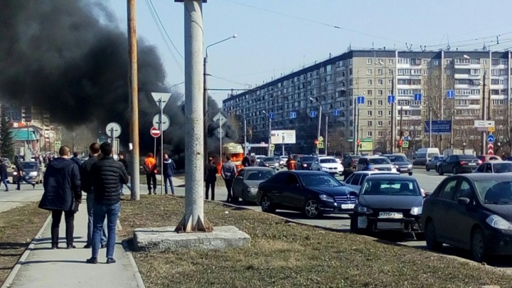 На оживлённой дороге в Челябинске сгорела маршрутка