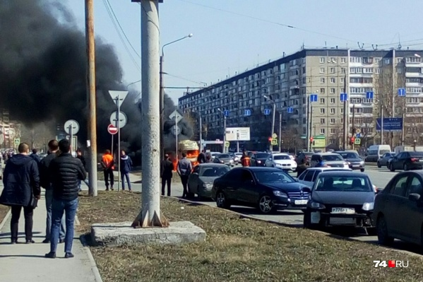 Многие очевидцы остановились, чтобы снять пожар на видео или просто посмотреть