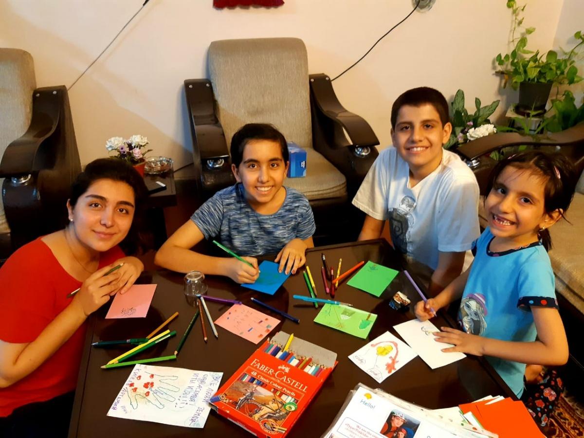 Иранские дети делают подарки для российских детей