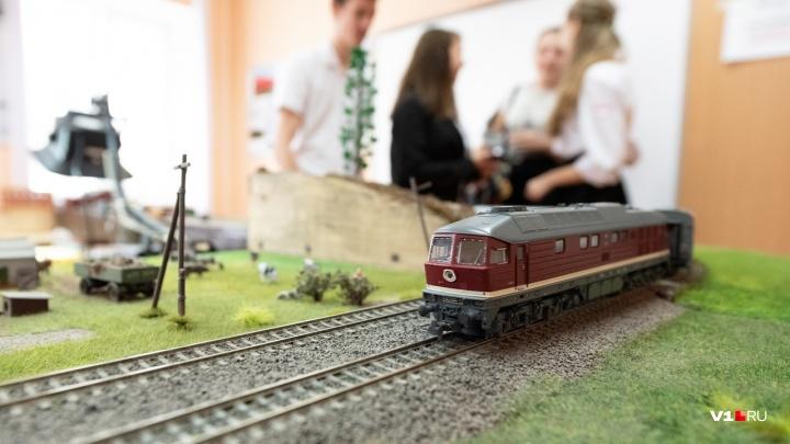 Они умеют все, что и настоящие: в Волжском открывается выставка железнодорожной техники
