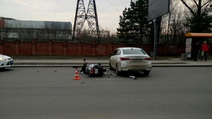 Сезон открыт: на Троллейбусной улице в Ростове легковушка сбила скутер