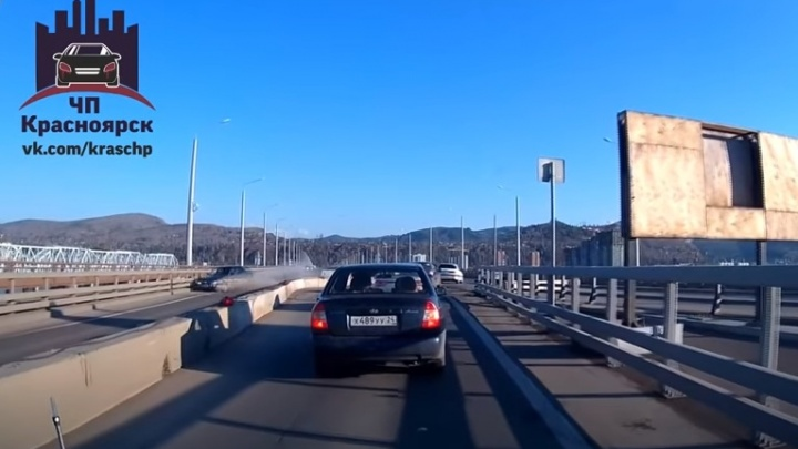 Разогнавшийся ВАЗ взял на таран отбойник на четвертом мосту