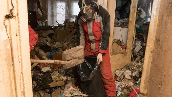 Учебник по домоводству и алоэ. Смотрим, что скрывалось в захламленной квартире пермской пенсионерки