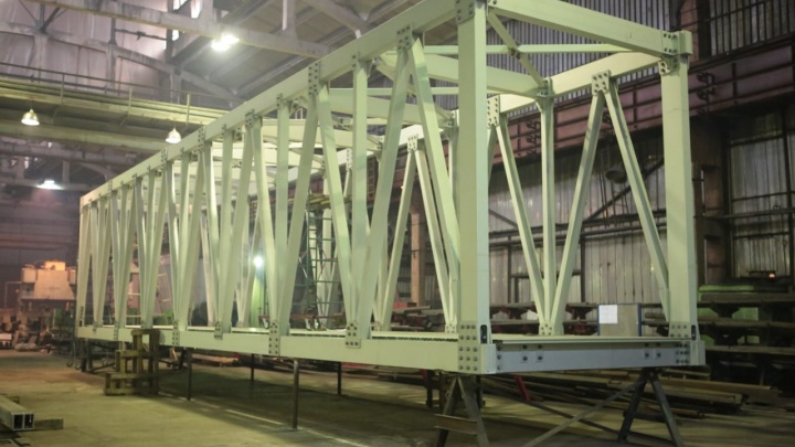 На заводе показали, как собирают первый пролет пешеходного моста через Николаевский проспект