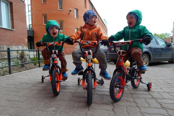 Ольга Губина рассказала, как оптимизм и юмор помогают решать бытовые проблемы, почему ее огорчают уличные пересуды и каково это — быть мамой тройни