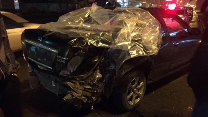 Опубликовано видео столкновения фуры с двумя машинами на омском перекрёстке