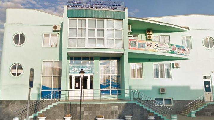 В Батайске рабочий провалился в пустой бассейн сквозь крышу, которую он ремонтировал
