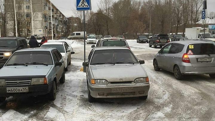 Омскую мэрию обвинили в неправильной борьбе с незаконными парковками