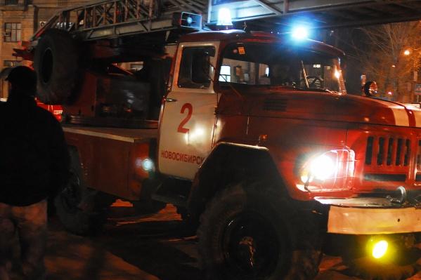 До приезда пожарных из подъезда спаслись два десятка человек