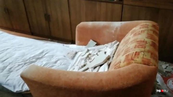 «Жуткий грохот — и всё свалилось». В доме в центре Ярославля потолок обрушился на спящую бабушку