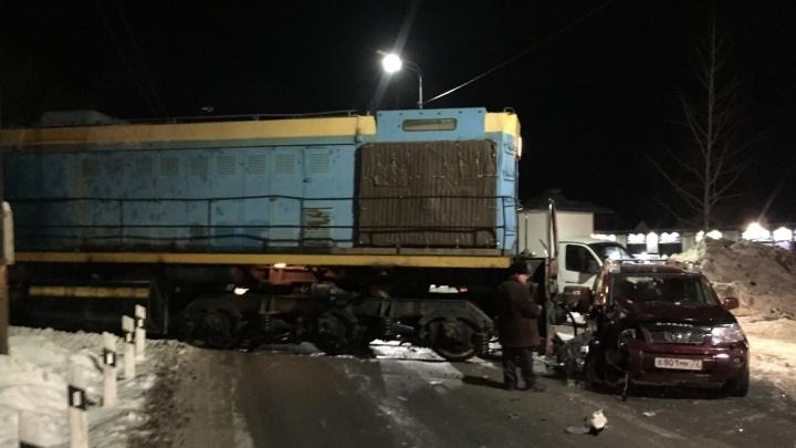 В Тюмени локомотив смял легковушку на ж/д путях
