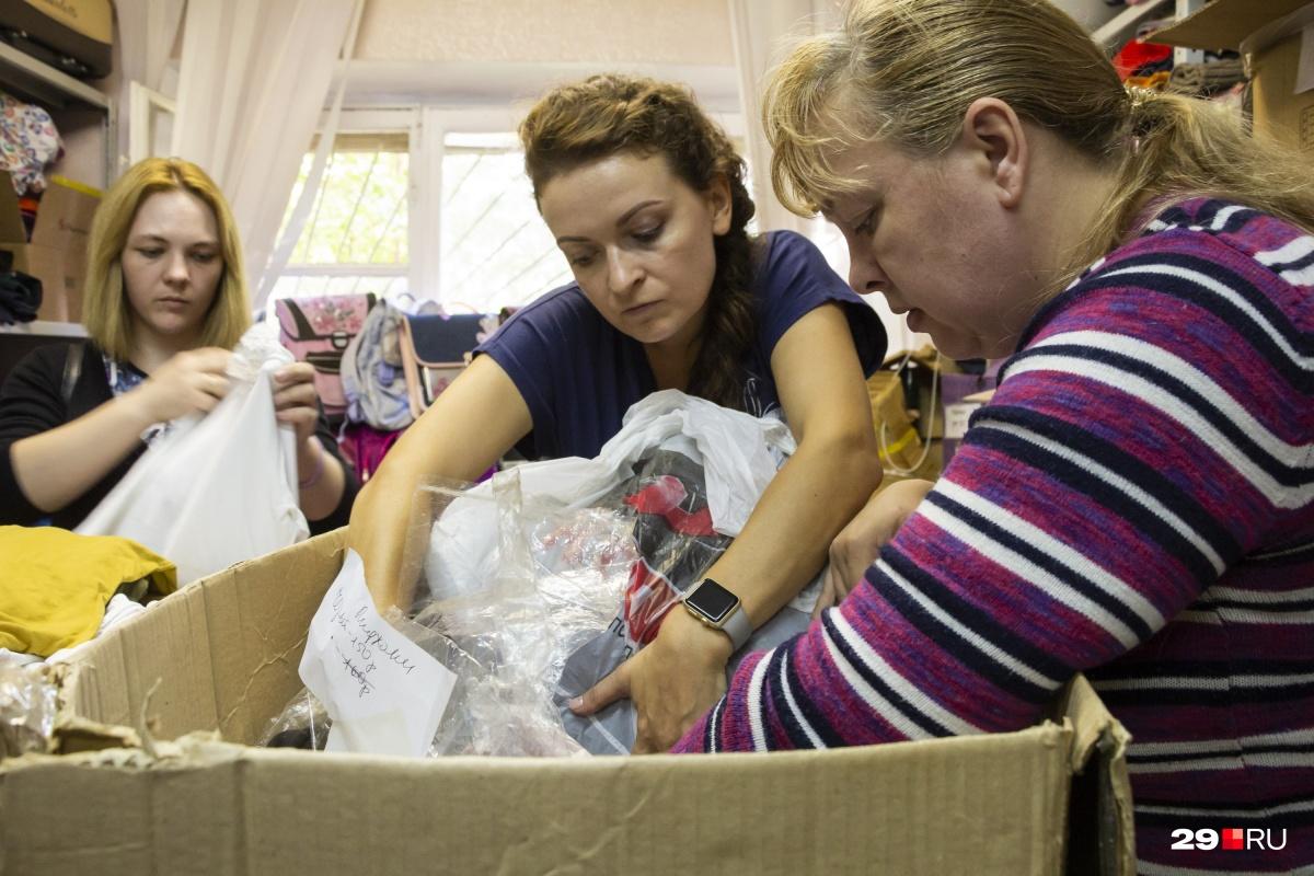 Фонд «Взамен» расположился на улице Гагарина и каждую среду принимает и выдает помощь. В центре — координатор проекта Ольга Шевела