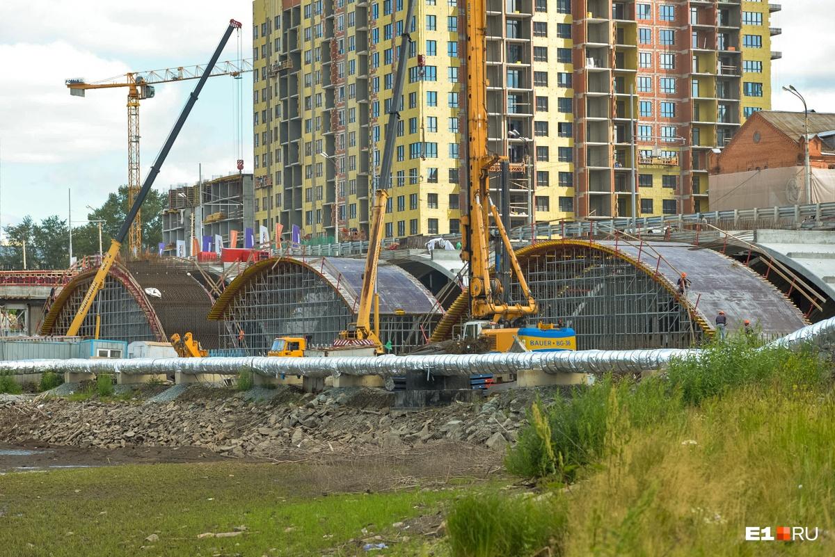 Три ряда арок поставят к осени: показываем, что творится на Макаровском мосту