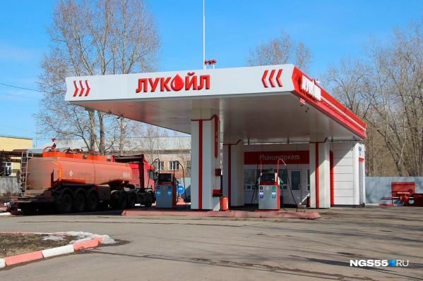 Компания «Юнигаз», которая реализует в Омске бензин «Лукойла», за май повысила цены 11 раз