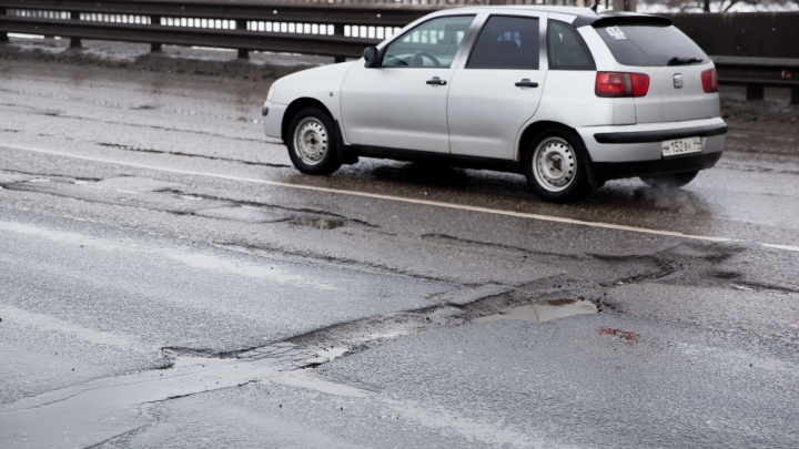 Дорогу нужно перекрывать: ярославец сосчитал все ямы на Октябрьском мосту и ужаснулся