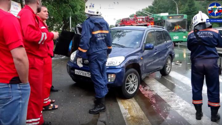 «Тойота» всмятку: спасатели сняли на видео последствия тройного ДТП на «Березовой роще»