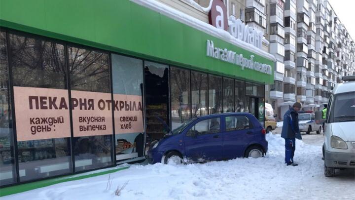 Иномарка протаранила магазин в Челябинске