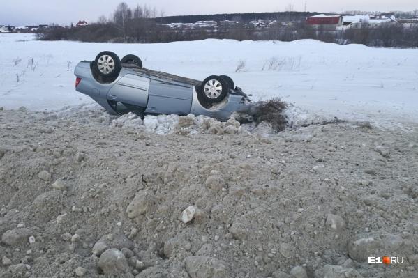 Когда колесо Toyota угодило в углубление на обочине, машину развернуло — и она вылетела с дороги, а затем перевернулась