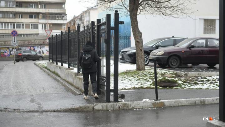 Продолжаем скользить: МЧС предупредило уральцев о гололеде и мокром снеге