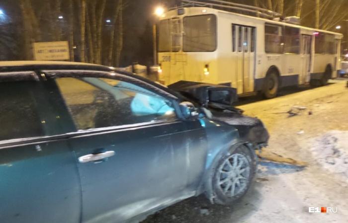 После столкновения у китайской легковушки разбита вся передняя часть, троллейбус оказался намного крепче