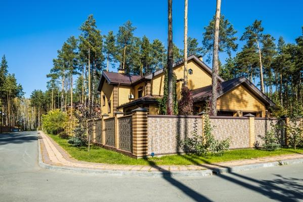 Жене генерала Виктора Стригунова мэрия в 2011 году выделила 10 соток на основании заявления женщины и закона о садах, дачах, огородах