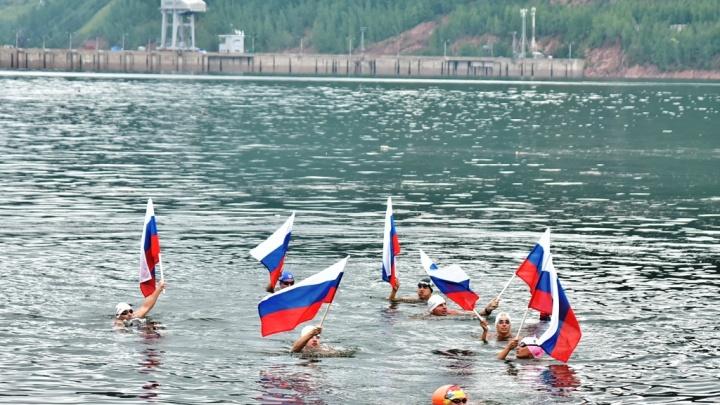 Восемь спортсменов установили рекорд, проплыв в ледяной воде Енисея 400 км