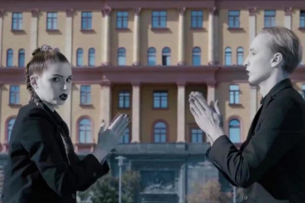 На видео Николая Костылева в наручниках ведут по территории вокзала