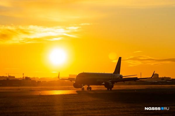 В ярких лучах восходящего солнца и не разобрать, что за самолёт перед тобой