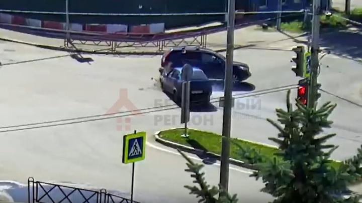 На проклятом перекрёстке в Ярославле снова разбились машины: хроника аварий
