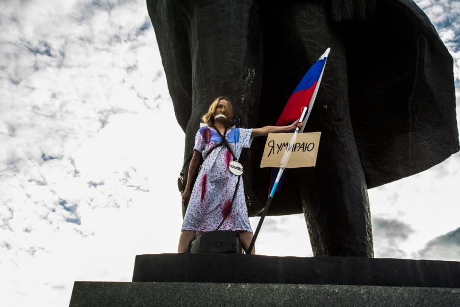 «Яумираю!»— девушка вНовосибирске приковала себя цепями к монументу Ленина
