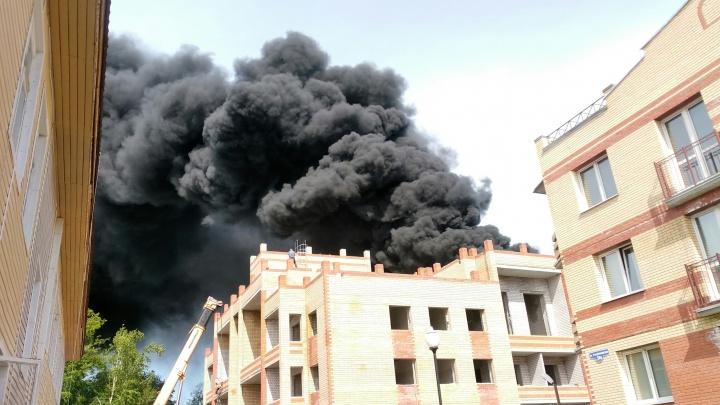 «Дым с набережной видно было»: в центре Северодвинска загорелся строящийся дом