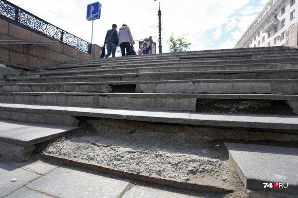 Переход давно нуждается в ремонте. Там то ступени ломаются, то штукатурка отваливается