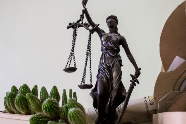 Пытаясь экстравагантно протестовать против одного решения судьи, мужчина получил еще одно судебное разбирательство