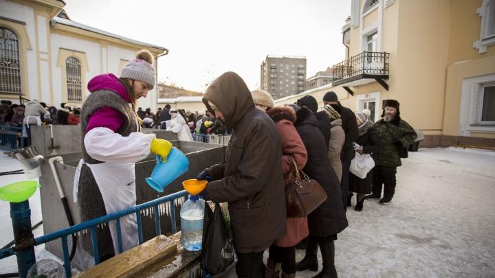 Десятки православных новосибирцев встали в очереди за святой водой в центре города