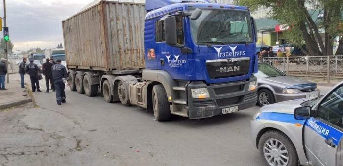 Водитель грузовика, увидев женщину, не успел затормозить