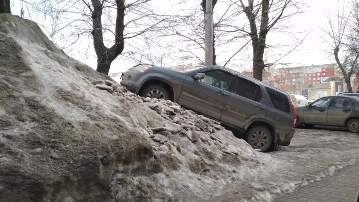 Потому что надо: водитель закатил внедорожник на гору снега перед тротуаром