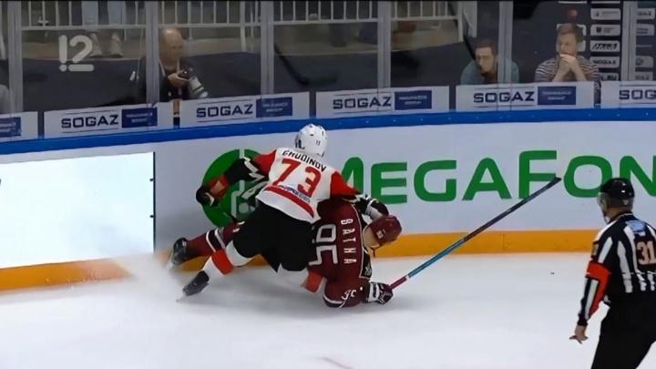 Защитник «Авангарда» получил серьёзную травму во время матча. Соперник свалился ему на ногу