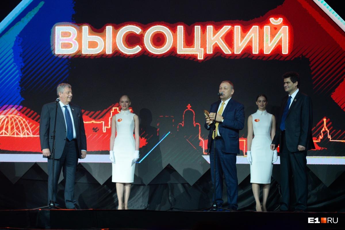 Статуэтку Андрею Гавриловскому вручали два мэра: бывший — Аркадий Чернецкий и действующий — Александр Высокинский