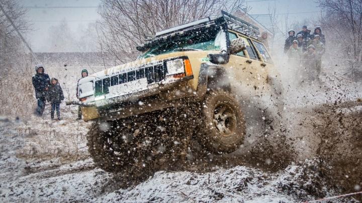 Тонули в грязи, застревали и преодолевали рвы: под Екатеринбургом прошли гонки по бездорожью