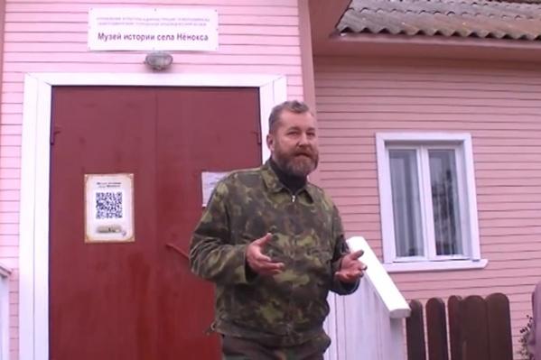Встретиться с жителями Нёноксы приезжали глава Северодвинска Игорь Скубенко и эколог Алексей Климов, который ответил на вопросы у местного музея