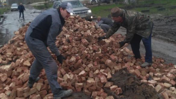 В мае жители Чемпионской пытались самостоятельно отремонтировать дорогу кирпичами