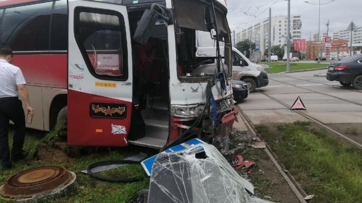 В Перми автобус столкнулся с трамваем. В ДТП пострадали пять человек