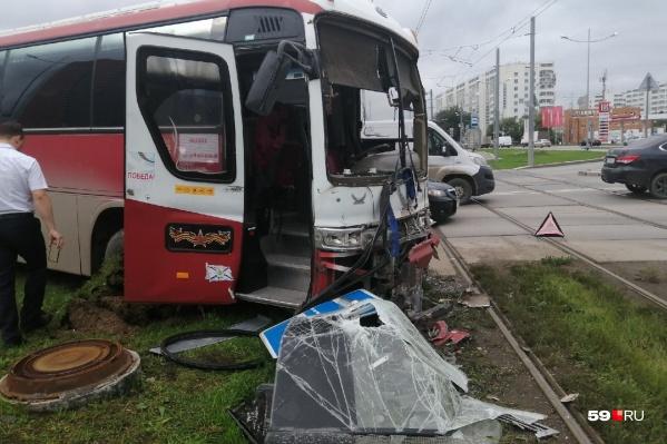 От удара в автобусе вылетело стекло