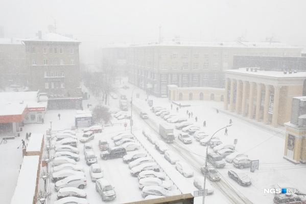 Наряду с порывистым ветром в Новосибирск идёт волна тепла