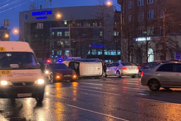 Авария произошла на участке проспекта Ленина между Российской и Свободы вечером в понедельник