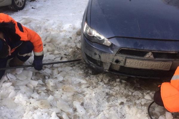 Вытащить машину из ледяной ловушки непросто