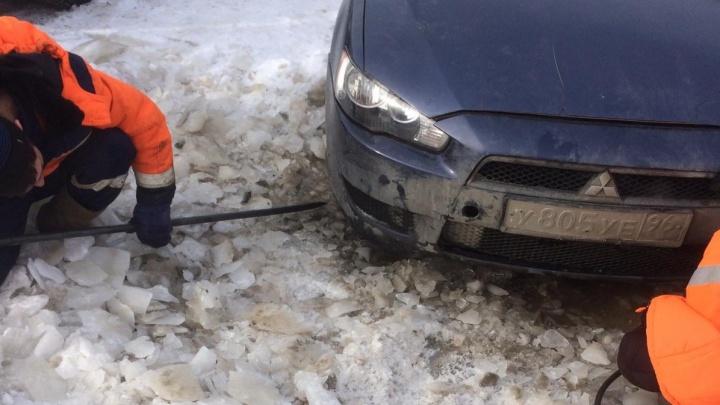 «Четыре часа пытаются вытащить»: на Уралмаше спасают машину, вмёрзшую в лёд
