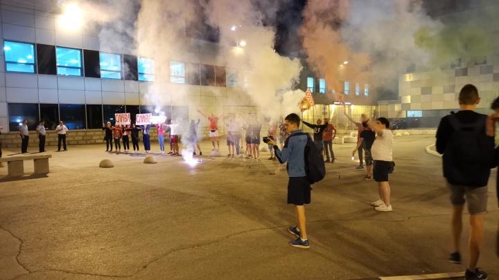 Фанаты ФК «Уфа» встретили команду в аэропорту пиротехническим шоу