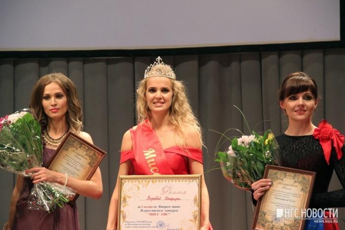 Лейтенант Глафира Воробей (на фото в центре) — победительница всероссийского конкурса «Мисс УИС»